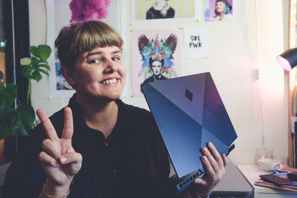 Elin Häggberg med en gaming laptop HP Omen 15 med Nvidia grafikkort